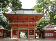 朱が美しい鹿島神宮の楼門(ろうもん)は 日本三大楼門のひとつ